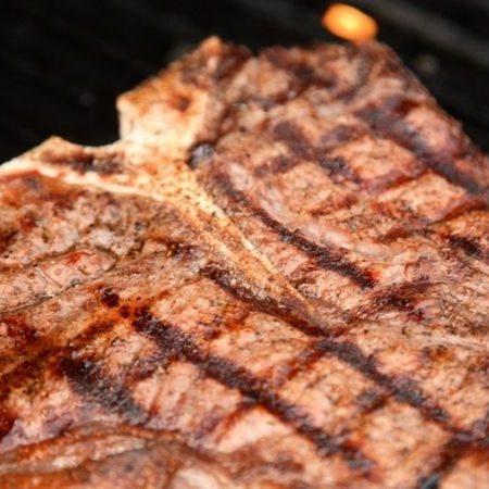 bistec clasico hecho en parrilla electrica